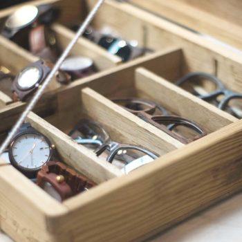 Holzbrillen und Holzuhren im Ausverkauf. Angebot bei Stadtholz